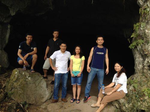 Đoàn thăm quan động người xưa trong rừng Cúc Phương